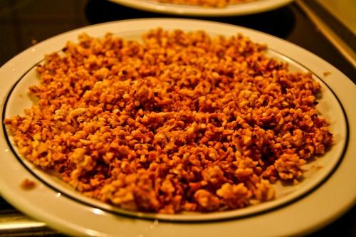 Nüsse zu Haselnusskrokant verarbeiten