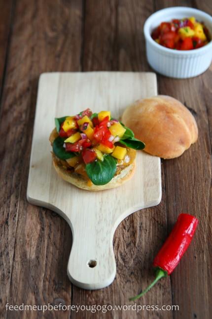Vegetarischer Burger mit Mango-Tomaten-Koriander-Salsa-1-2