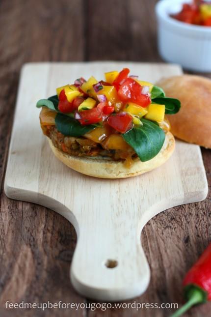 Vegetarischer Burger mit Mango-Tomaten-Koriander-Salsa-3
