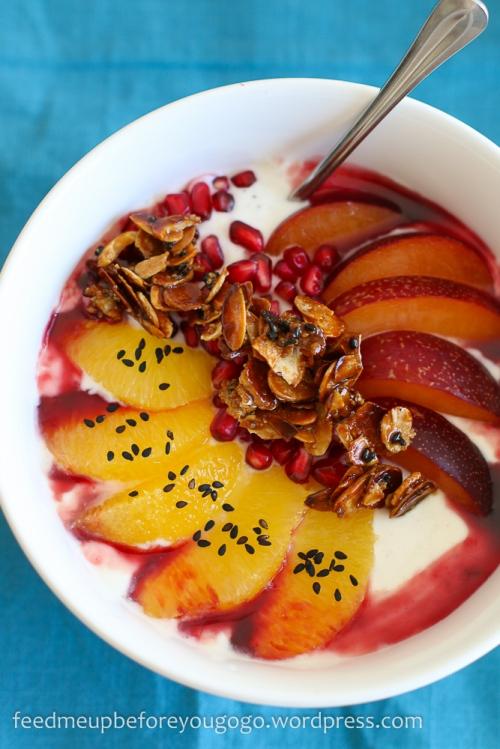 Joghurt mit Orangen, Pflaumen, Granatapfel und Sesam-Mandel-Krokant Rezept Feed me up before you go-go-2