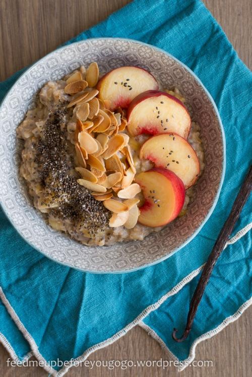 Veganes Pfirsich-Mandel-Porridge mit Chia und Vanille Rezept Feed me up before you go-go-1